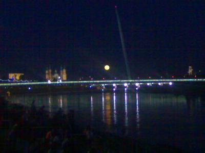 Gran espectáculo anoche en EXPO: conjunción ciudad+luna+río