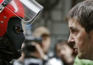 Arnaldo Otegi se encara con un 'ertzaina' en una manifestación ilegal del fin de semana. (Foto: AP)